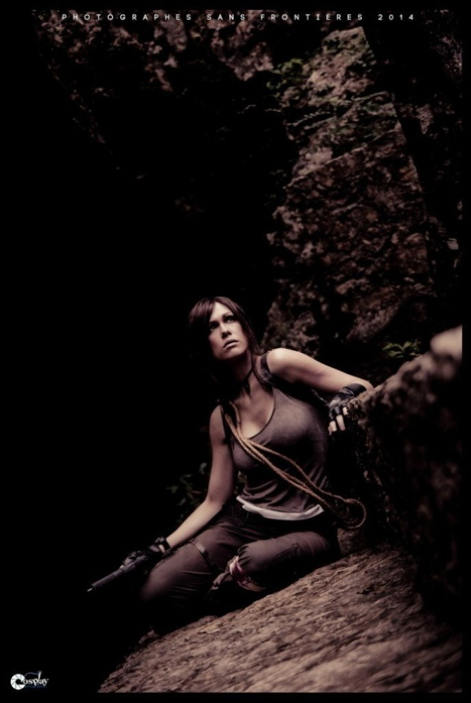 bat-ngo-voi-cosplay-lara-croft-ben-ngoi-mo-co_004