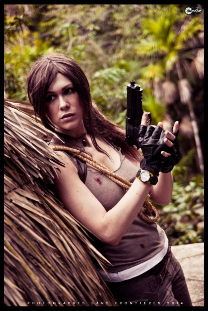 bat-ngo-voi-cosplay-lara-croft-ben-ngoi-mo-co_007