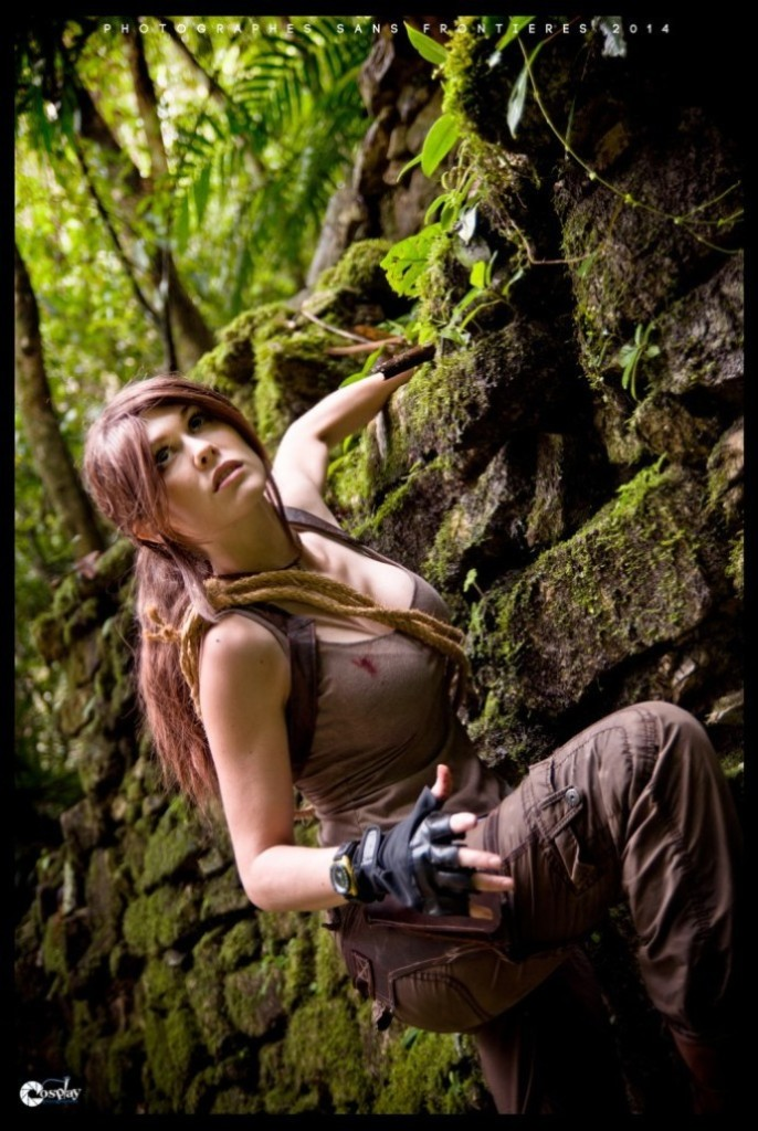 bat-ngo-voi-cosplay-lara-croft-ben-ngoi-mo-co_009
