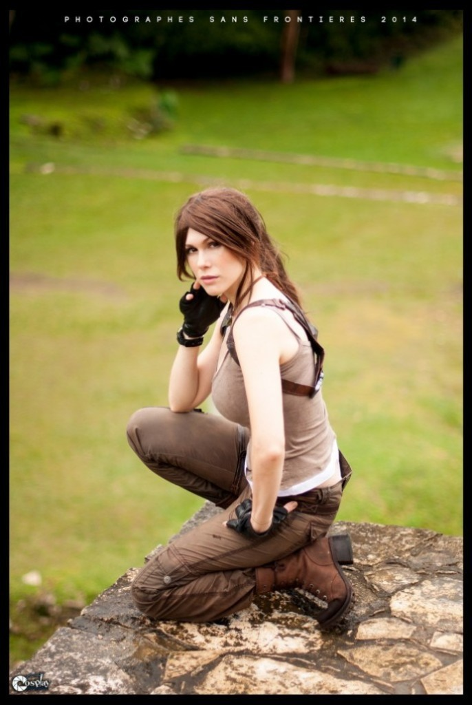 bat-ngo-voi-cosplay-lara-croft-ben-ngoi-mo-co_010