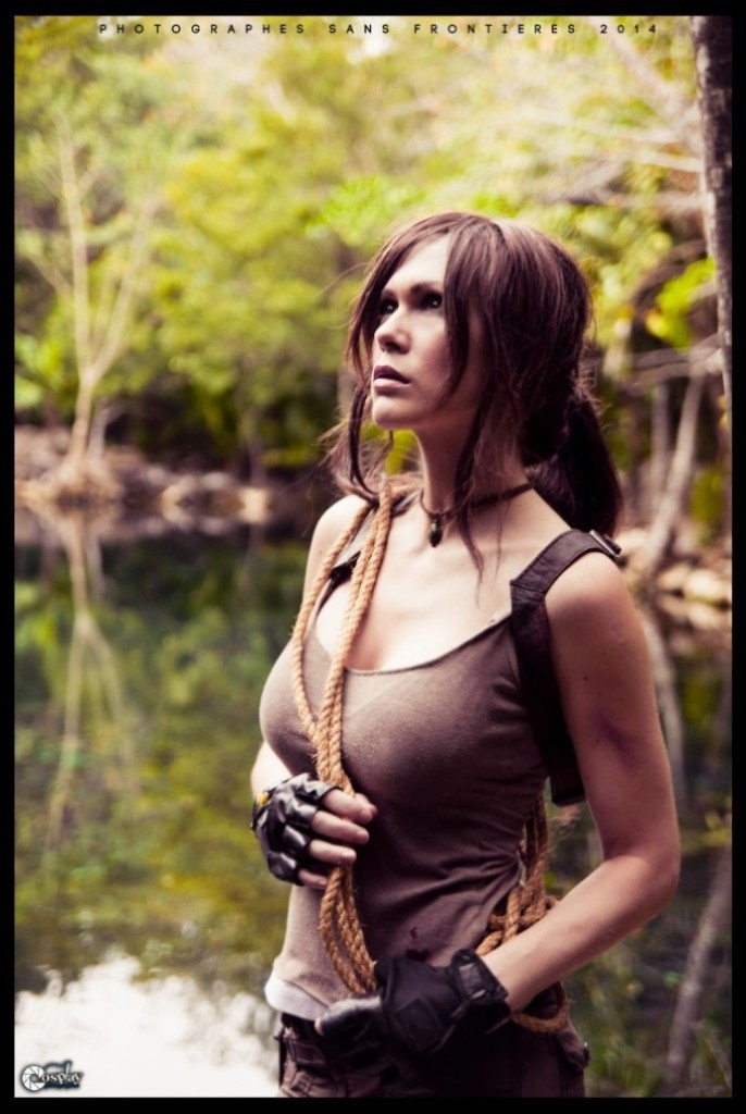 bat-ngo-voi-cosplay-lara-croft-ben-ngoi-mo-co_013