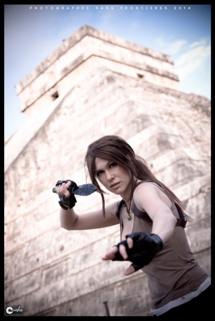 bat-ngo-voi-cosplay-lara-croft-ben-ngoi-mo-co_014