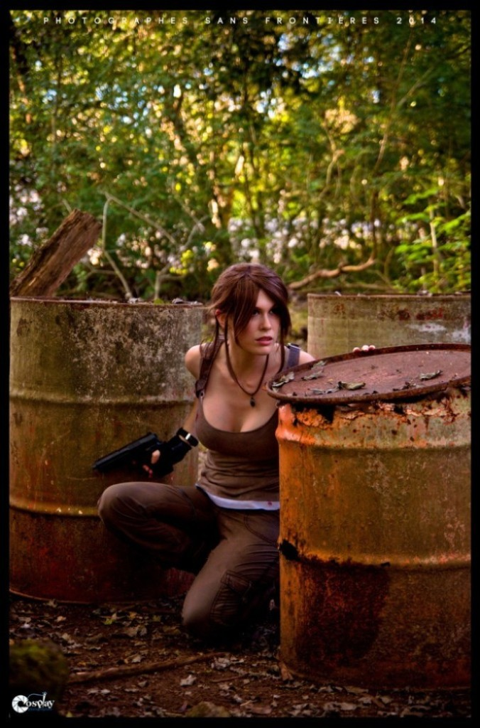bat-ngo-voi-cosplay-lara-croft-ben-ngoi-mo-co_015