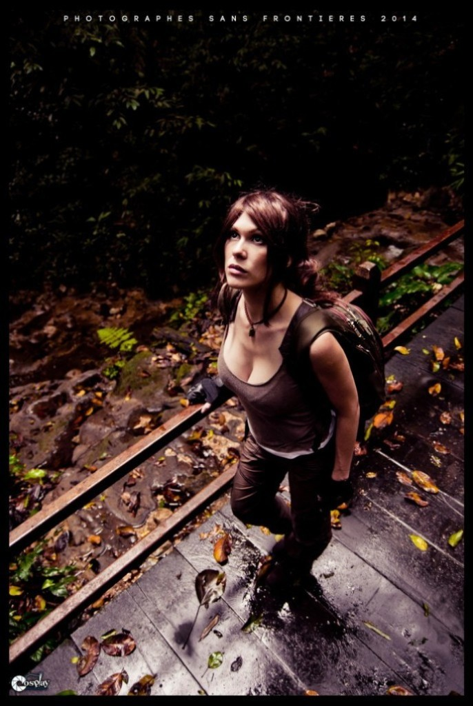 bat-ngo-voi-cosplay-lara-croft-ben-ngoi-mo-co_018