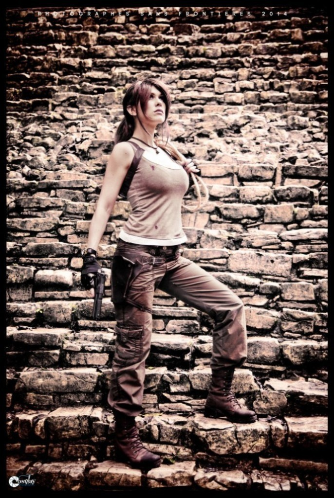 bat-ngo-voi-cosplay-lara-croft-ben-ngoi-mo-co_019